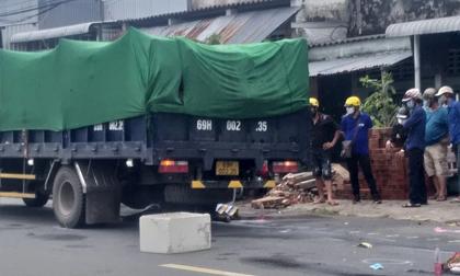 Tai nạn giao thông khiến 2 phụ nữ đi xe máy tử vong thương tâm dưới gầm xe tải