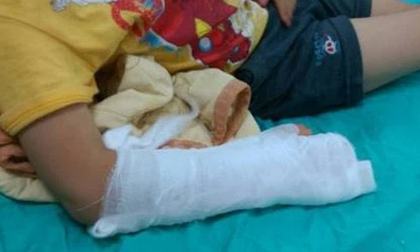 Bé gái 5 tuổi bị bố giẫm vỡ bụng, nụ cười hả hê của người mẹ tại bệnh viện tố cáo vụ bạo hành kinh hoàng
