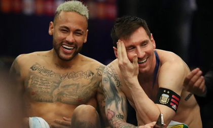 Neymar gây tranh cãi lớn khi vừa khóc nức nở vì thua trận xong đã vui vẻ cười đùa với Messi