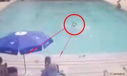 Con trai 8 tuổi đuối nước ngay trước mặt, bố mẹ xem lại camera an ninh thì đau đớn và hối hận tột cùng