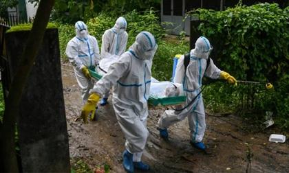 Lời kể ám ảnh của đội khiêng xác nạn nhân COVID-19 ở 'quốc gia siêu lây nhiễm'