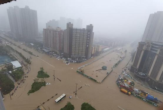 Trung Quốc: Mưa lớn 5.000 năm mới gặp 1 lần, Thiếu Lâm Tự đóng cửa, ô tô trôi trên đường như há cảo - Ảnh 1.
