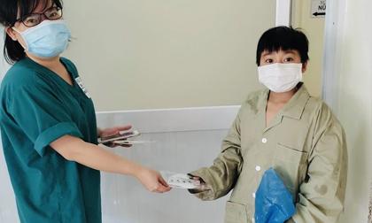 Tâm sự xúc động của cô gái trẻ vừa hồi sinh trước Covid-19: 'Con tiểu không được, y bác sĩ lau mình giúp con'