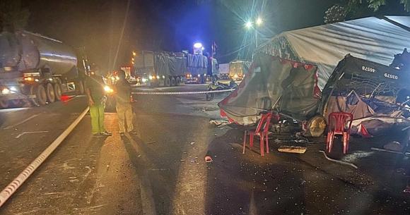 Gia đình đi xe ba gác từ TP HCM về Nghệ An bị xe tải tông khiến 1 người chết, nhiều người bị thương - Ảnh 1.