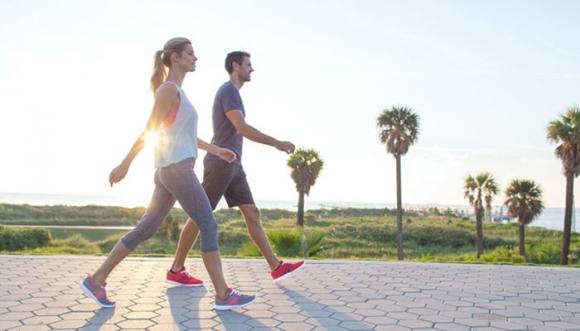 Đi bộ khỏe mạnh nhịp tim đập nhẹ nhàng