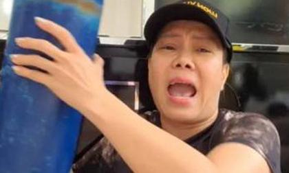 Việt Hương tự mình vác bình oxy cho người dân, được nhận lại món quà đặc biệt