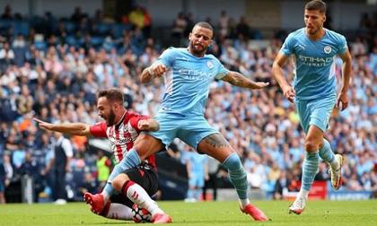 """Man City gây bất ngờ lớn trên sân nhà, Liverpool dễ dàng """"đè bẹp"""" đối thủ để vững ngôi đầu bảng"""