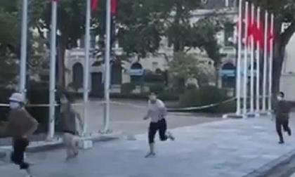 Hà Nội: 4 phụ nữ đi thể dục, dắt chó đi dạo ở hồ Gươm bị phạt 8 triệu đồng