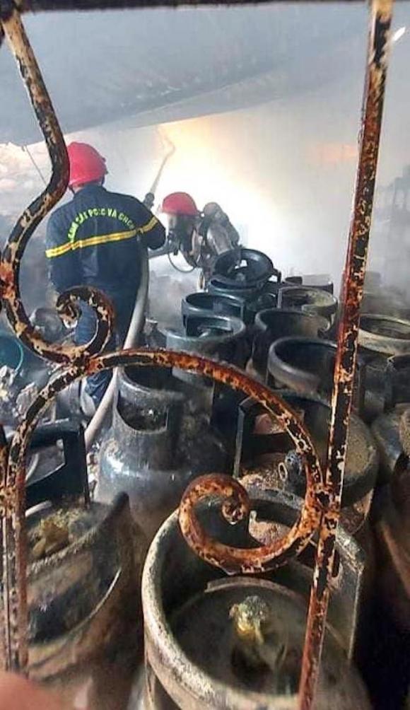Cháy lớn ở cửa hàng gas, khói và lửa bốc cao hàng chục mét - Ảnh 3.
