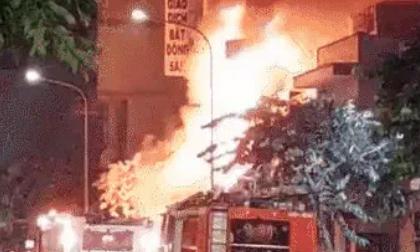 Cháy 2 căn nhà ở TP.HCM sau tiếng nổ lớn, nam thanh niên liên tục gào khóc gọi tên người thân