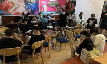 Hà Nội: 17 khách ngồi uống nước trong quán bất chấp dịch Covid-19 bị phạt 30 triệu đồng