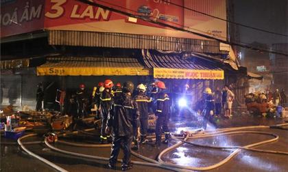TP.HCM: Cảnh sát dầm mưa, phá cửa chữa cháy tại chợ Nhị Thiên Đường