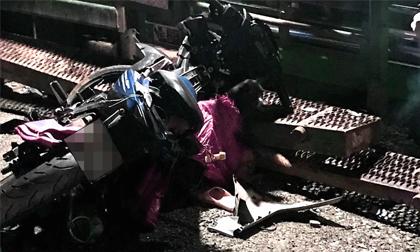 2 người tử vong bên lề đường, trên xe có bao tải đựng chó và dụng cụ để bắt