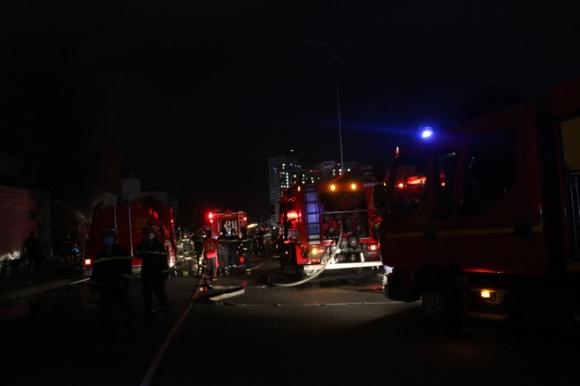 TP.HCM: Cháy lớn tại garage, nhiều ô tô và tài sản bị thiêu rụi  - Ảnh 2.