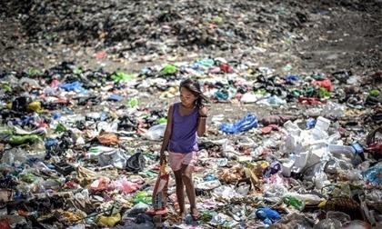 Xót xa những đứa trẻ nghèo Phiplippine kiếm sống qua ngày trên bãi rác