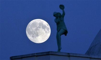 Cảnh tượng 'trăng xanh' trên khắp thế giới