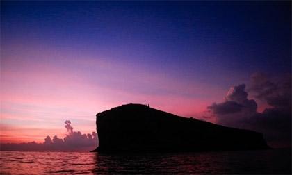 Khối đá khổng lồ có hầm xuyên núi trên Biển Đông