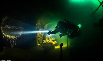 """""""Nín thở"""" đột nhập xác tàu đắm dưới đáy biển sâu"""