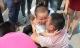 Rơi lệ bé trai 2 tuổi tuyệt vọng xin cha đừng tự tử