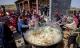 Hàng ngàn người thưởng thức bữa 'mì rồng' khổng lồ ở Trung Quốc