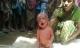Bé 2 ngày tuổi bị thầy phù thủy lôi đi bằng cổ để chữa bệnh