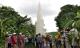 Hàng trăm người đến xem giếng phun nước cao 20 m