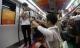 Xôn xao màn cầu hôn trên tàu điện ngầm của cặp đôi đồng tính nam
