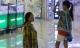 Phẫn nộ hình ảnh mẹ tàn tật quỳ xin lỗi con gái giữa TTTM