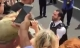 Đang diễu hành, cảnh sát quỳ xuống cầu hôn bạn trai
