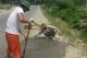 Đình chỉ 3 cán bộ mắng dân tự sửa ổ gà trên quốc lộ