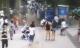 Người đi đường hoảng loạn vì bị hố tử thần nuốt chửng