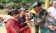 Đâu chỉ cứu trợ, nhân ngày 20/10 Phan Anh còn bỏ tiền túi ra mua hoa và quà tặng chị em vùng rốn lũ
