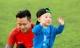 Con trai Tuấn Hưng hiếu động, chạy nhảy cùng bố trên sân bóng