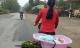 Xúc động hình ảnh mẹ bán rau, bỏ con trong thau đạp xe đi muôn nơi…