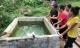 Người cha đổ gục khi thấy hai con nhỏ chết đuối trong bể nước