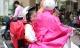 """Tin tức tại Hà Nội: Người Hà Thành áo ấm, khăn quàng """"đón"""" thời tiết trở lạnh"""