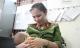 Bé 7 tháng được cảnh sát cho bú: Một người phụ nữ đón bé sau khi có kết quả ADN