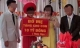 Cô dâu chú rể và tấm biển quà cưới 'tặng 10 tỷ đồng' gây tranh cãi mạng xã hội