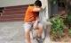 Vì sao bé trai bị xích chân vào ghế đá ở Hà Nội?
