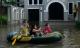 Hàng trăm căn biệt thự chìm trong nước, dân sắm thuyền di chuyển