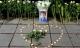 Hoa trắng và nến tưởng niệm bé lớp 1 ở cổng trường Gateway