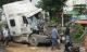 Xe container nát đầu vì húc đuôi ô tô tải, tài xế mắc kẹt gào thét kêu cứu