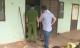 Bé trai 1 tuổi bò lổm ngổm ra cửa gào khóc, mọi người tá hỏa phát hiện người mẹ chết trong nhà