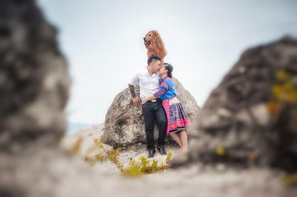 Cặp đôi chụp ảnh cưới với chó đội lốt sư tử