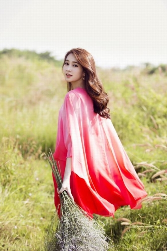 Hoa hậu Thu Thảo đẹp mong manh như tiên nữ giữa đồng hoa