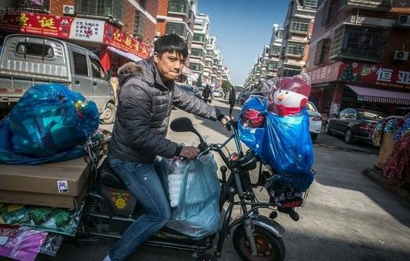 Đột nhập khu sản xuất đồ Giáng Sinh lớn nhất Trung Quốc
