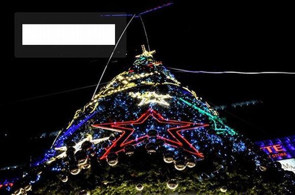 Cận cảnh những cây thông Noel khổng lồ ở Hà Nội