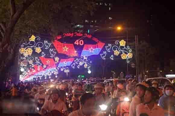 Chùm ảnh: Sài Gòn đẹp lung linh chào Noel và năm mới 2015